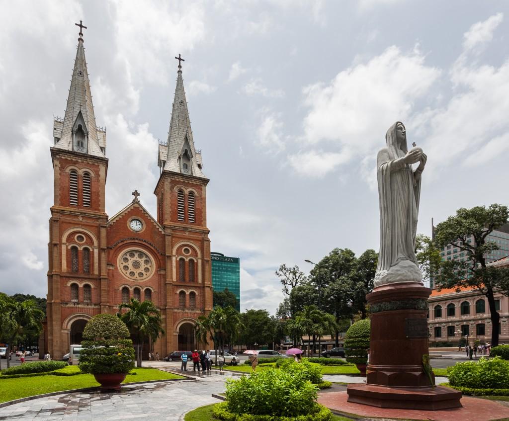 Basílica_de_Nuestra_Señora,_Ciudad_Ho_Chi_Minh,_Vietnam,_2013-08-14,_DD_03